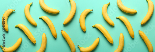 Photo Many sweet ripe bananas on color background
