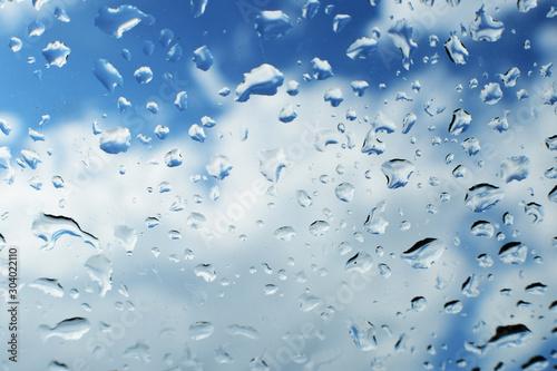 krople wody na szkle w pochmurny dzień