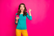 Leinwanddruck Bild - Photo of curly cheerful positive nice charming excited girl ecstatic about feednews she read wearing yellow pants trousers green shirt expressing amazement on face isolated vivid pink color background