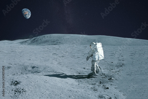 Carta da parati Astronaut is walking on the moon