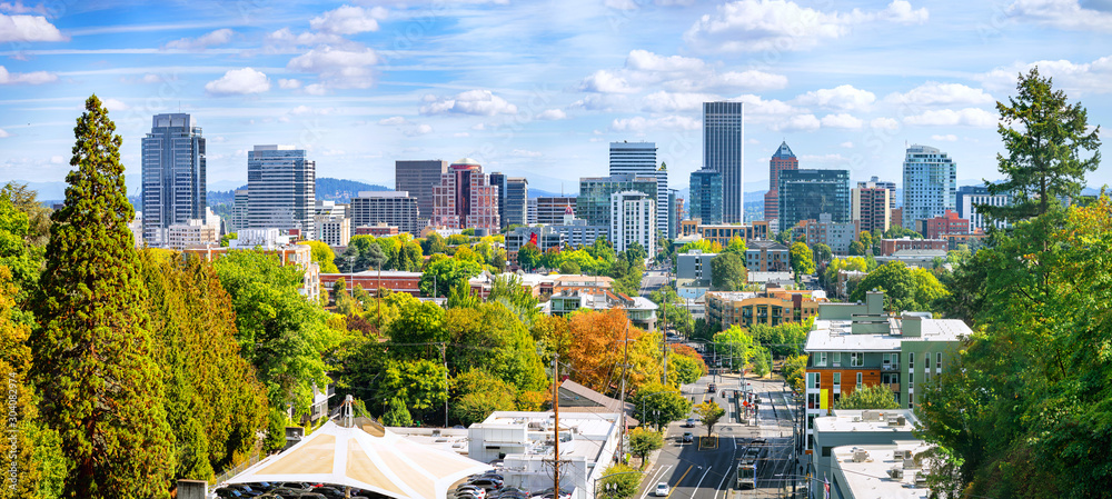 Fototapeta Classic panoramic view of famous Portland skyline with busy downtown scenery, colorful leaves and iconic Mount Hood in the background on a beautiful sunny day in fall, American Northwest, Oregon, USA