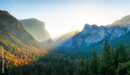 Photo  Beautiful panoramic sunrise at famous Tunnel View in scenic Yosemite Valley with
