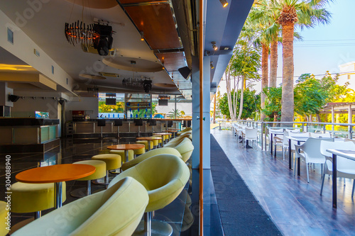 Photo  lounge bar of modern European resort hotel, interior with terrace, tables, lighting