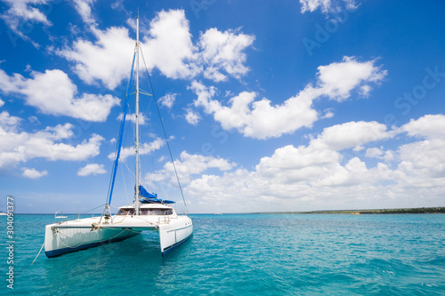 Photo Luxury yacht anchored on turquoise water of Caribbean Sea, Dominican Republic