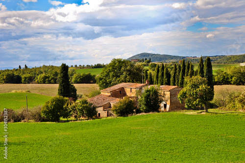 Photo Local farm in Tuscany with green hills