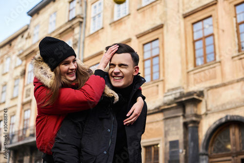 Photo A trendy young couple walks in the city at christmastime