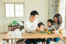 家族4人の食事シーン
