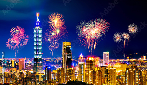 Photo Fireworks over Taipei cityscape at night, Taiwan
