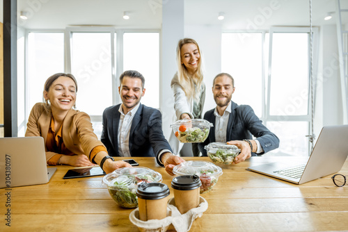 Photo Portrait of a group of office workers taking business lunches in the office