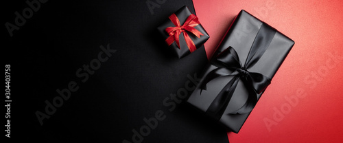 Cuadros en Lienzo  black gift box with black ribbons isolated on black background
