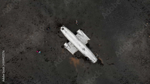 Foto  Amazing aerial view from drone of famous Airplane Wreckage in Solheimasandur Bla