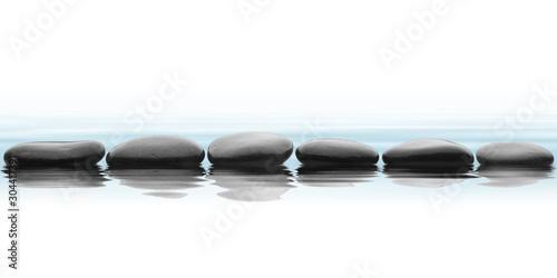 Fotobehang Zen spa de piedras negras con agua y su reflejo