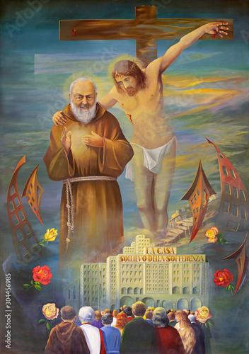 Photo REGGIO EMILIA, ITALY - APRIL 12, 2018: The modern painting of Pater Pio with the Jesus on the corss in church Chiesa dei Cappuchini by Erico Verona 2001
