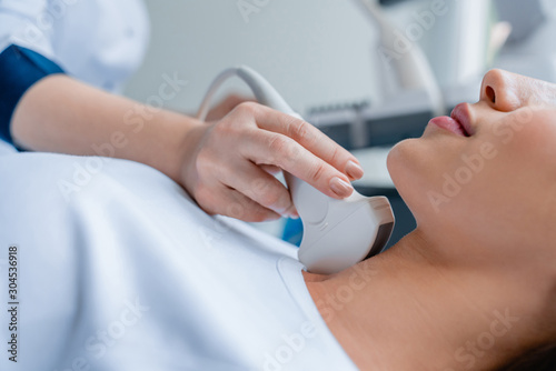 Fotografía Close up of doctor conducting ultrasound examination of woman in clinic