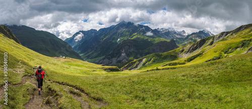 Photo Panorama montagne et randonneur