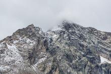 Sommet Montagneux Dans Les Nuages