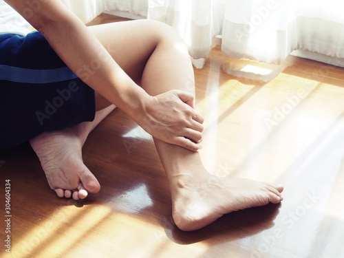 Asian women have leg injuries and ankle pain. Wallpaper Mural