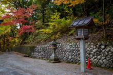 静かな神社と鮮やかな...