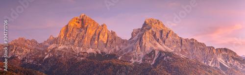 Poster Rose clair / pale Le Tofane sommet des Dolomites au lever du soleil , Italie .