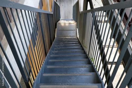Metalowe schody do schodzenia idą prosto na zewnątrz budynków.