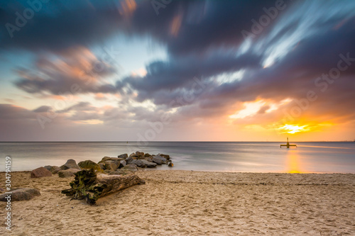 Obraz Plaża nad Morzem Bałtyckim podczas wschodu słońca w Gdyni. Morze Bałtyckie. Polska - fototapety do salonu
