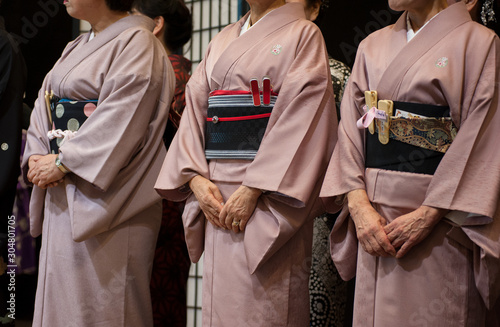 Photo Three geisha with traditional kimono during a ritual ceremony.