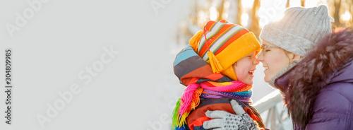 Pinturas sobre lienzo  Mom and child in winter wonderland scene