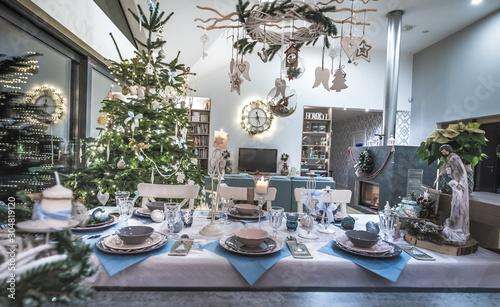 Stół wigilijny udekorowany i nakryty na święta Bożego Narodzenia Fototapeta