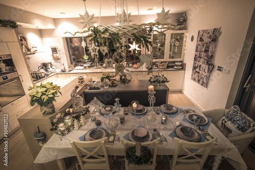 Fototapeta tracycyjny wieczór wigilijny przy pięknie nakrytym stole na święta Bożego Narodzenia obraz
