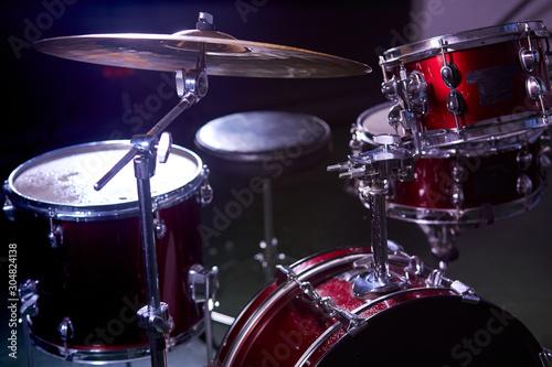Fotomural professional drum set instruments in dark studio with lights