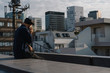 屋上にいる、ハンチング帽を被ったシニア男性のポートレート