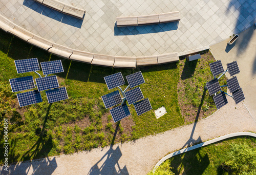 Photo Green energy Aerial flight in a city park overlooking a panel with solar cells surrounded by trees