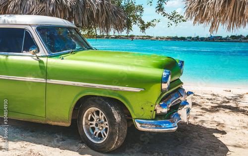 Photo  Playa La Herradura, Cuba - October 27, 2019: American classic car on the beach P