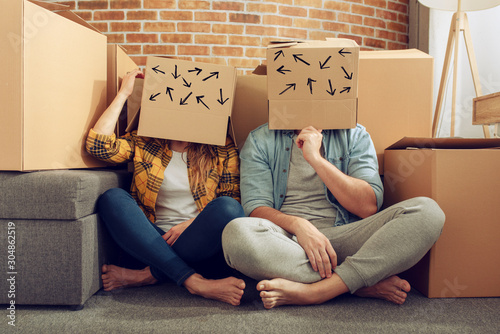Confused couple of having to move and arrange all the packages Canvas-taulu