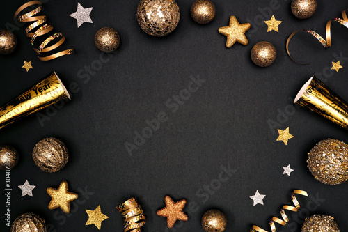 Fotografía New Years Eve frame of glittery gold stars, streamers, decorations and noisemakers