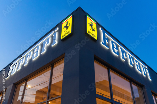 Photographie Seattle, Washington - November 22, 2019: Ferrari luxury automobile dealership si