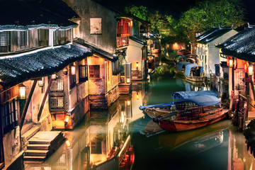 osvijetljeni vodeni grad Zhouzhuang noću, Jiangsu, Kina