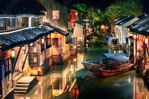 Photo illuminated Zhouzhuang water town at night, Jiangsu, China