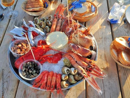Fotografiet Joli plateau de fruits de mer pour le repas du nouvel an en Bretagne