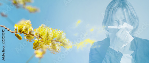 frau hat heuschnupfen im pollenstaub Fototapete