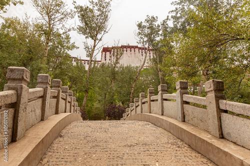 Summer residence of Dalai Lama in Norbulingka park in Lhasa, Tibet Billede på lærred