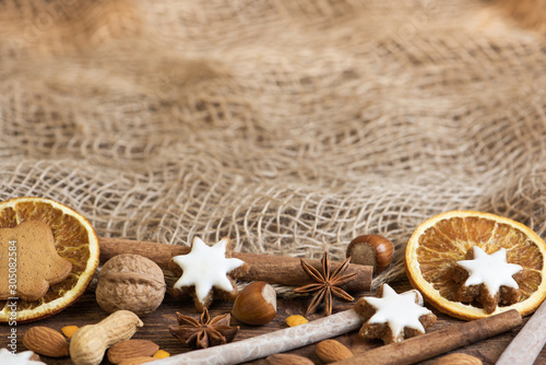 Fototapeta christmas cookies and spices on braun background obraz