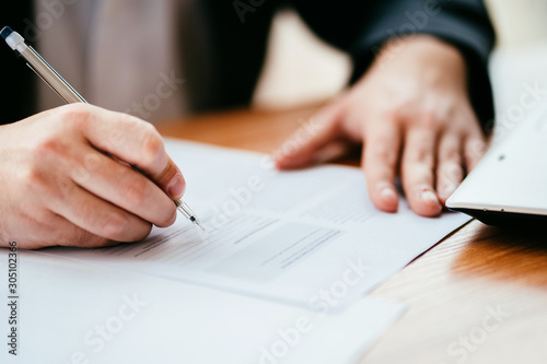 Photo Businessman filling official document, signing contract