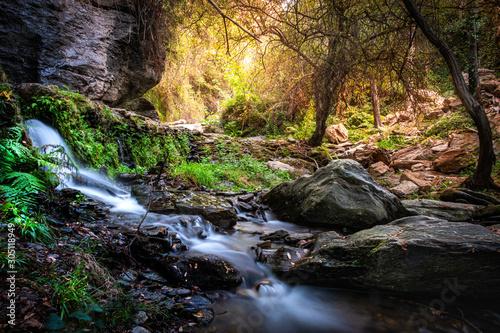 Photo Paisaje de pequeña cascada en el rio Lanjaron,en el Parque Natural de Sierra Nev