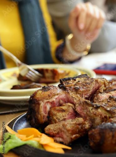 Fotografia large Florentine steak fried meat in a pan