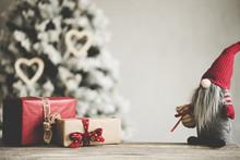 Weihnachten Dekoration Wichtel Rot Mit Geschenken Weihnachtsbaum Im Hintergrund - Var. 6