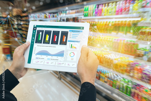 Photo iot smart retail in the futuristic concept, the retailer hold the tablet and use