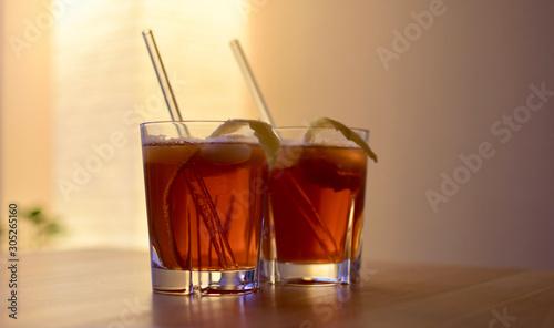 Photo zuhause zwei gläser horse neck cocktail auf einem Tisch mit strohhalm aus glas