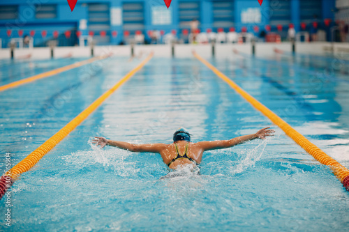 Photo Young woman swimmer swims in swimming pool