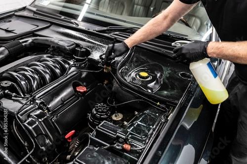 Fotografía Car wash worker cleaning car engine
